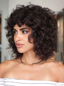 Voluminous Medium Curly Hairstyles to Show Off in 2021